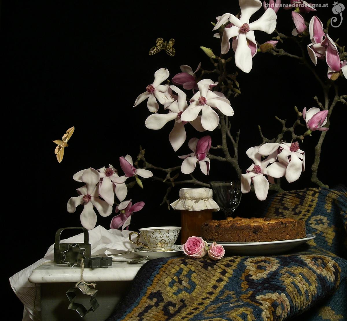 Still life with magnolia branch in full flower, cake and tea. | Stillleben mit blühendem Magnolienzweig, Kuchen und Tee.)