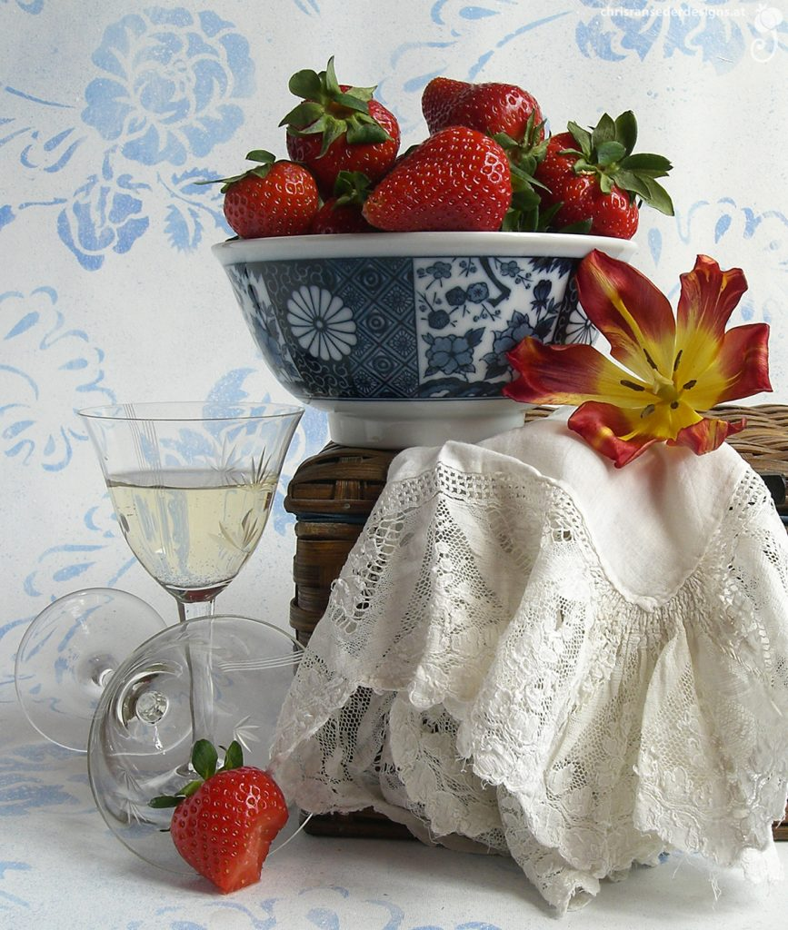 Still life with strawberries, glasses and hamper. | Stillleben mit Erdbeeren, Gläsern und Picknickkorb.
