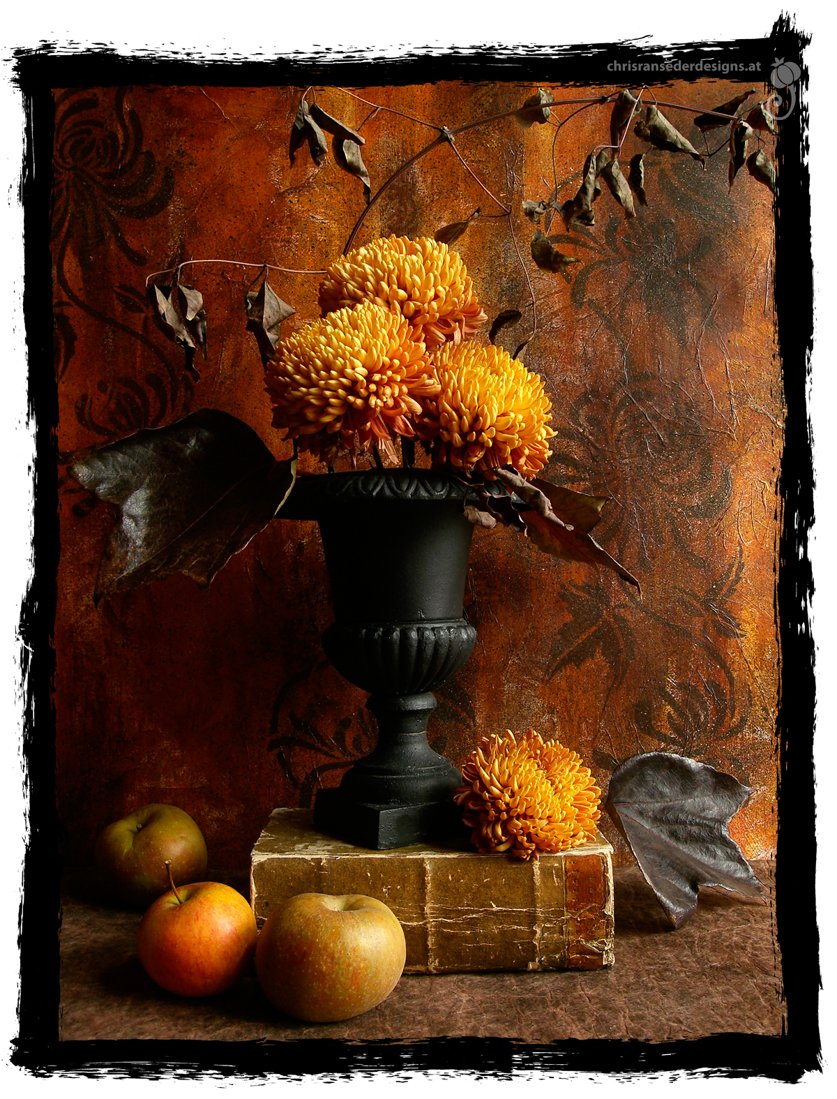 Stillleben mit gelben Chrysanthemen und Äpfeln. | Still life with yellow chrysanthemums and apples.