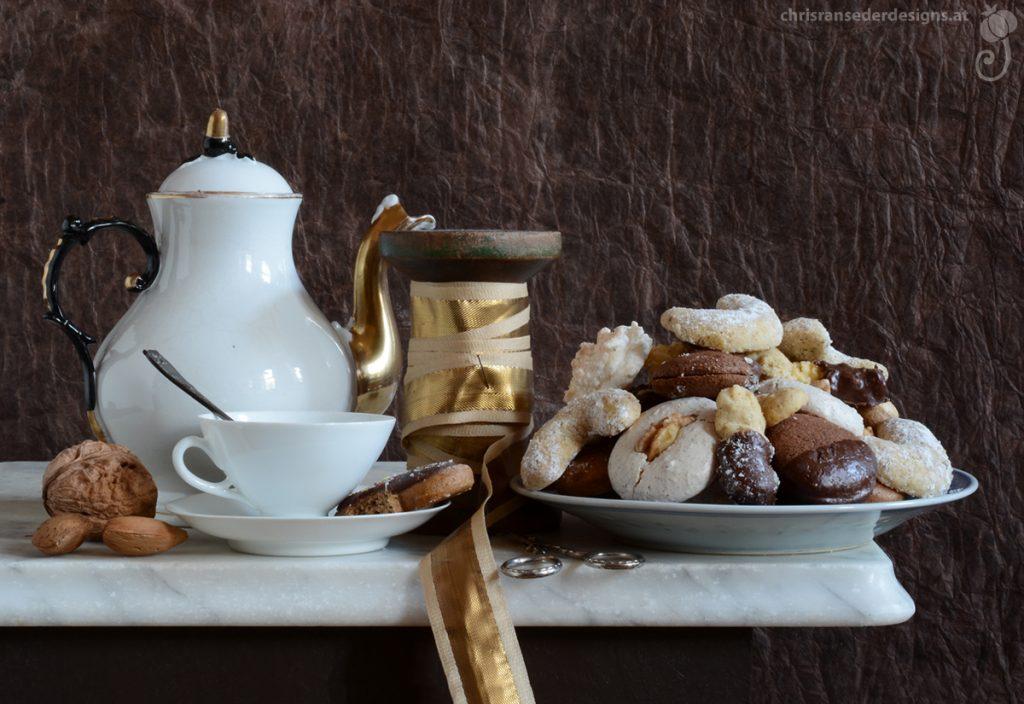 Still life with cookies, teapot and ribbon. | Stillleben mit Weihnachtskeksen, Teekanne und Geschenkband.