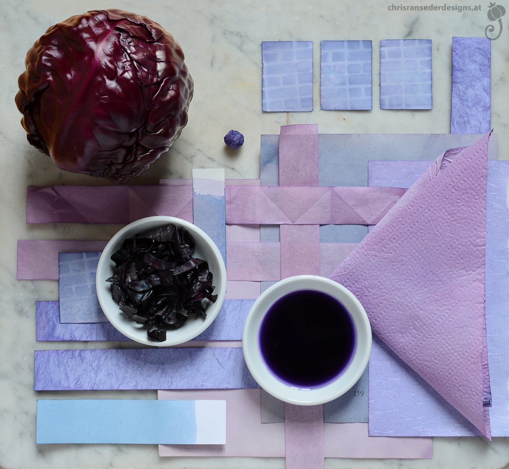 Flatlay with red cabbage and dyed paperscraps. | Stillleben mit Rotkraut und gefärbtem Papier.