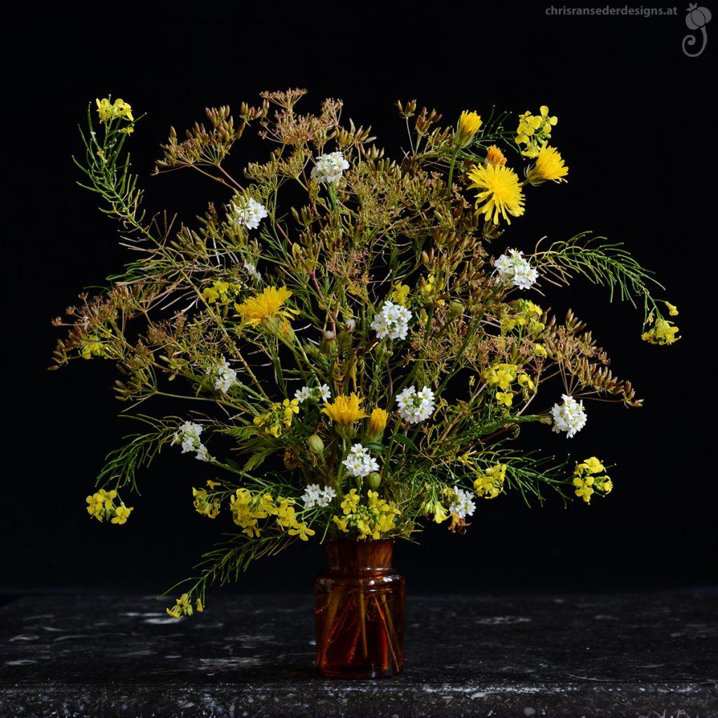 Bouquet of yellow and white wildflowers in a brown medizine bottle. | Strauß aus gelben und weißen Wildblumen in einer braunen Arzneiflasche.