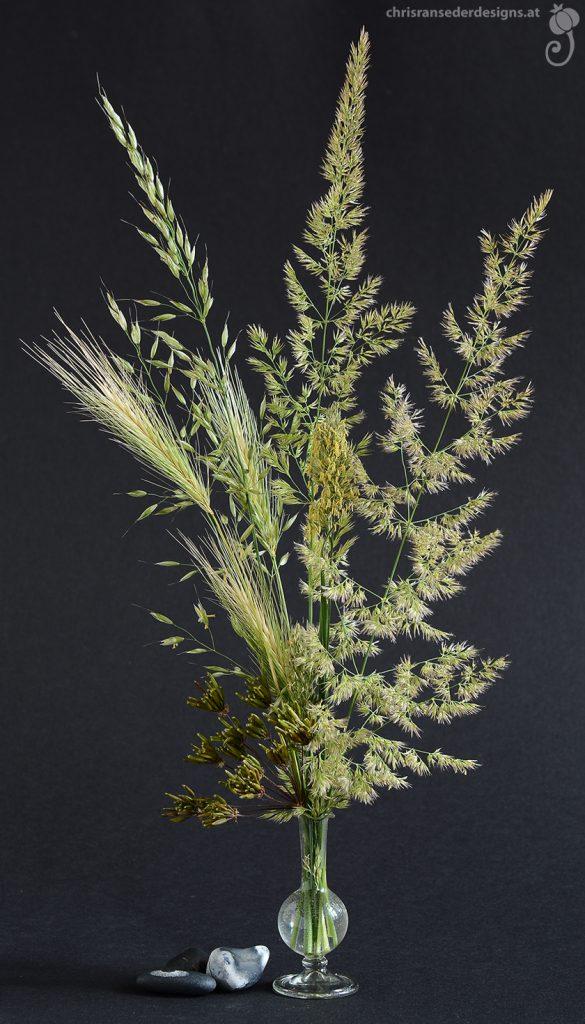 Bouquet of wild grasses in a tiny perfume bottle made of glass. | Strauß aus Wildgräsern in einem Parfumfläschchen aus Glas.