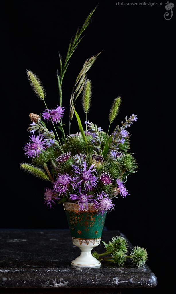 Bouquet of pink wildflowers in a vintage coffeecup.   Strauß aus rosa Wildblumen in einer Kaffeetasse vom Flohmarkt.